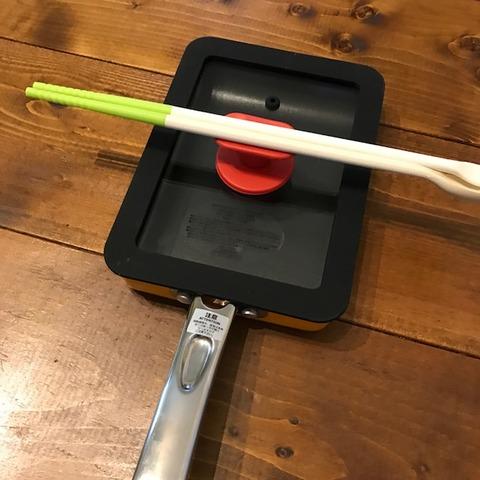 玉子焼き器のフタに菜箸を置いた