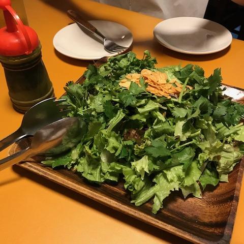 ガッツグリル新宿店パクチーサラダ