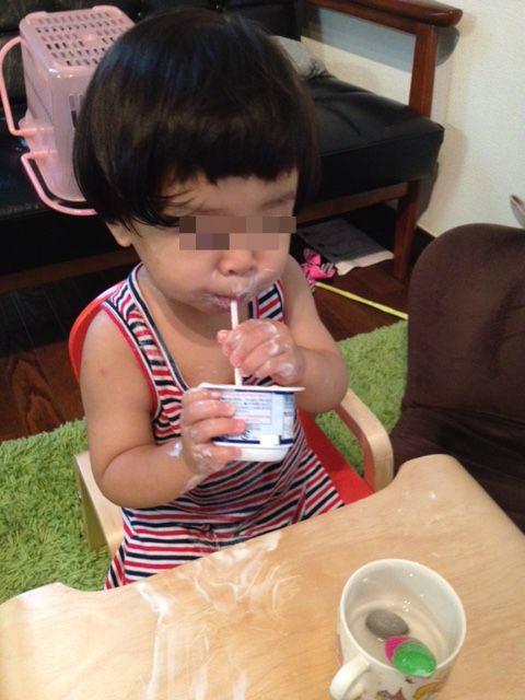 ヨーグルトでべちゃべちゃの幼児