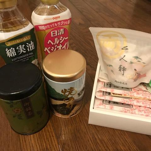 実家から届く宅急便海苔油お菓子