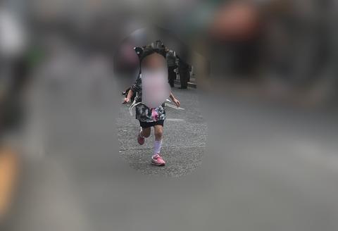 マラソン大会で走る子供