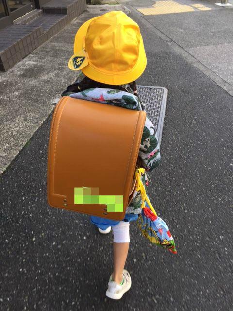 登校中ランドセルを背負った子ども
