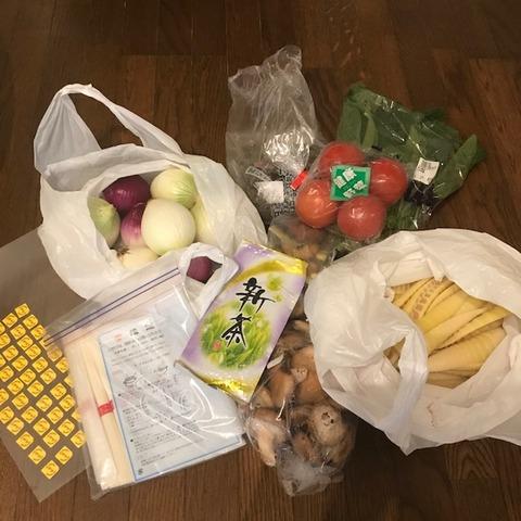 実家から届く宅急便野菜とシール
