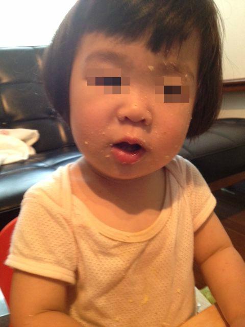 さつまいもを顔で食べる幼児
