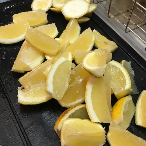 国産レモン大量消費塩レモン用くし形に切る