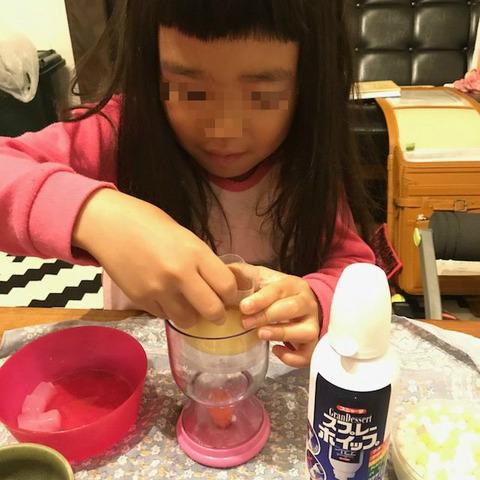 デザートを手作りする子ど も