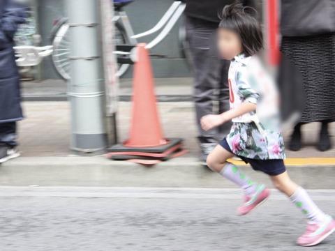 マラソン大会で走る子供一眼レフカメラ