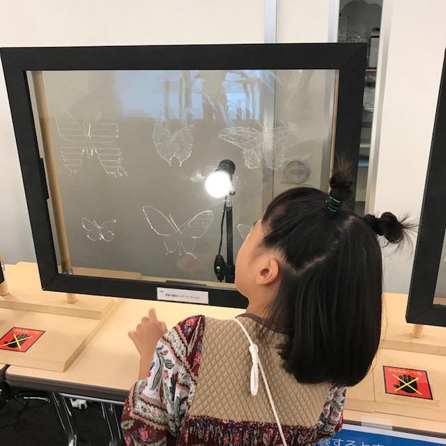 渋谷ハチラボ企画展示に夢中の小学生