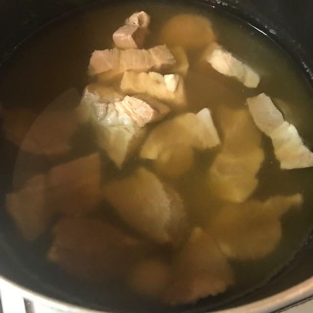 余分な脂を取り除いた澄んだ煮汁