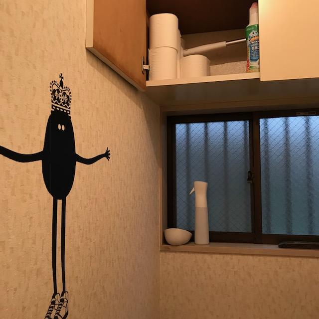 トイレの上の収納にトイレットペーパー