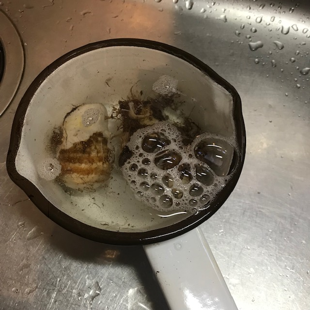 茹でて簡単里芋の皮むき水で冷やす