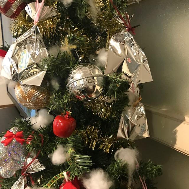 手作りアドベントカレンダー袋をツリーに飾って完成