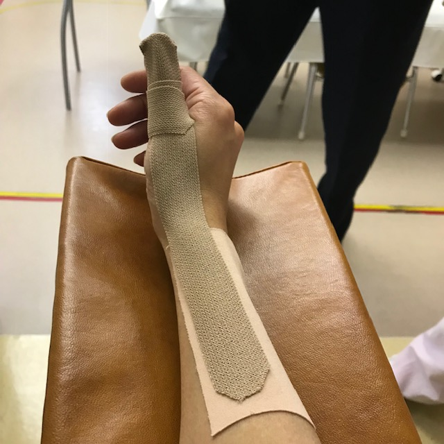 腱鞘炎テーピングの貼り方親指の付け根