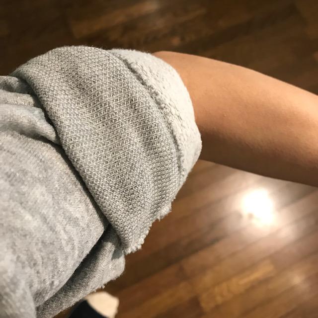 腕まくりしすぎて伸びる袖口