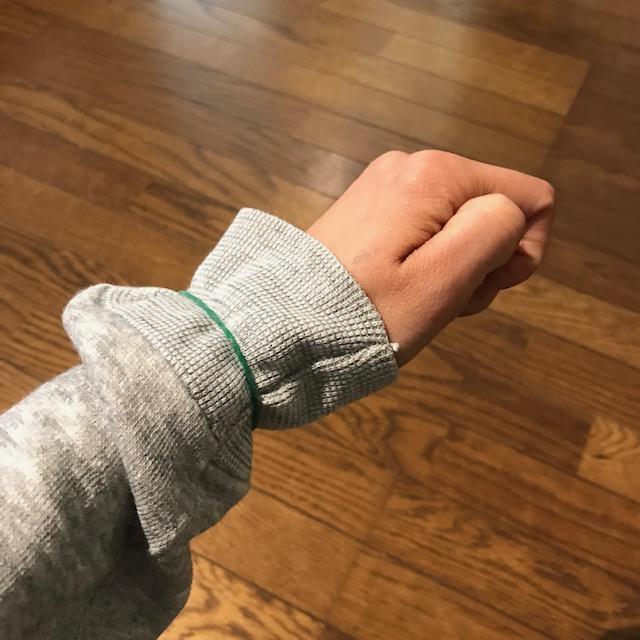 袖口が伸びずに腕まくりする方法