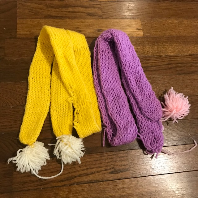 子どもが大きなリリアンのような編み機で作ったマフラー