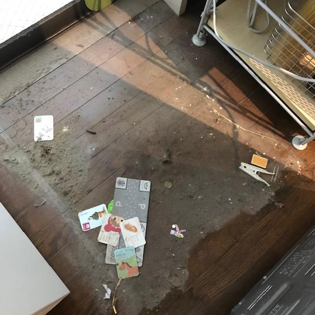 10年間放置した冷蔵庫の下の汚れ