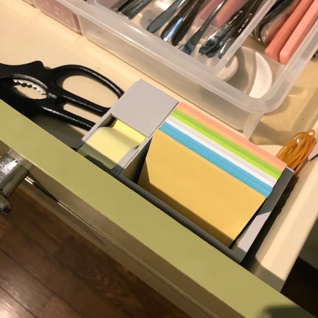 キッチンの引き出しに付箋用収納ケースを入れた
