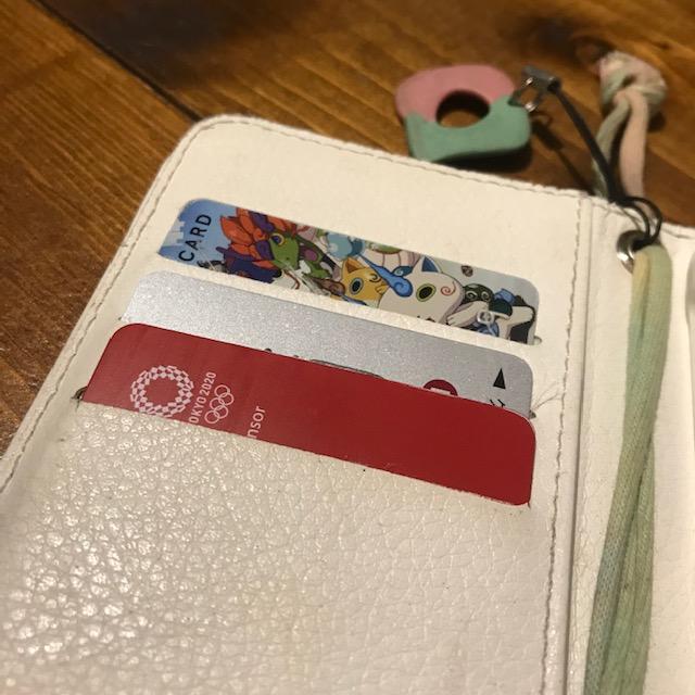 手帳型スマホケースにクレジットカードを入れるのは危険