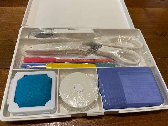 真っ白でシンプルな裁縫道具セット中身