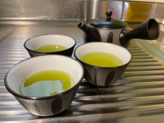 急須でお茶をいれる様子を撮影05